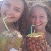Cocktails aus Kokosnuss und Ananas schlürfen