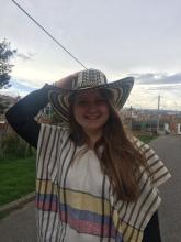 Mit sombrero und der ruana, die ich geschenkt bekommen habe