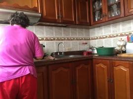 Ein typisches Bild meiner Gastmutter in der Küche :)