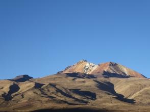 Vulkan im Hintergrund