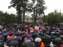 Der Regen hält die Studierenden nicht von der marcha ab