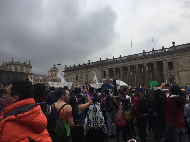 Menschenmengen auf der Plaza