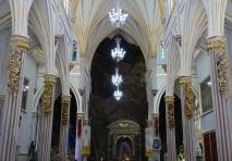 Felswand im Hintergrund der Kathedrale
