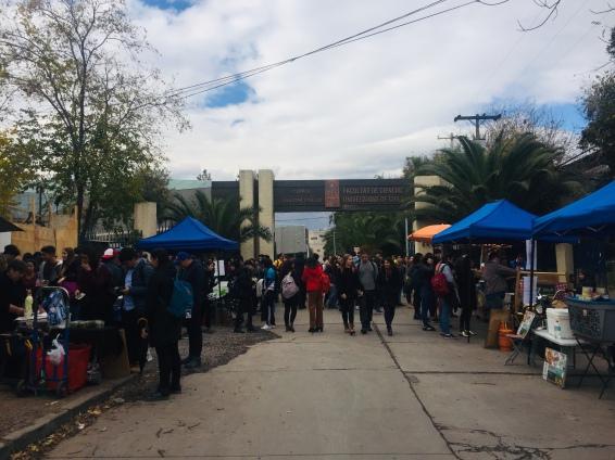Eingang der Uni. Essensverkauf